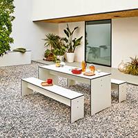 DRiva Sitzbänke und Tische von conmoto sind sowohl für draußen als auch für drinnen geeignet